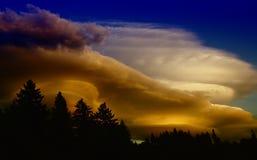 Strömen von Wolken stockfotos