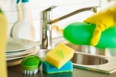 Strömende Abwaschflüssigkeit auf Schwammküche waschen Reinigung Stockfotos