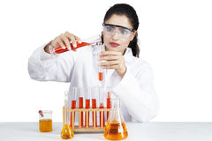 Strömende Experimentflüssigkeit des weiblichen Wissenschaftlers stockbild