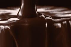 Strömende flüssige Nahaufnahme der heißen Schokolade Kochen des Nachtischs lizenzfreies stockfoto