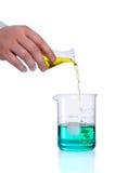 Strömende Flüssigkeit in Flasche Stockbilder