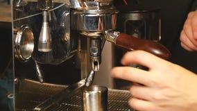 Strömende Kaffee ins-Zeitlupe stock footage