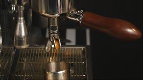 Strömende Kaffee ins-Zeitlupe stock video