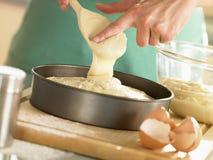 Strömende Kuchen-Mischung in Backen-Zinn Stockbilder