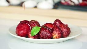 Strömende süße Soße auf Erdbeersuperzeitlupe stock video