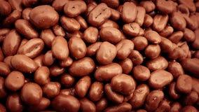 Strömende Schokolade bedeckte Rosinen in Stapel stock video