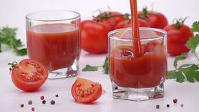 Strömende Tomate Juice Into Glass stock video footage