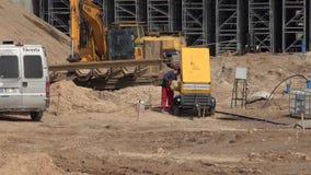 Str?mender Dieselkraftstoff des Arbeitskraftmannes in den Generator und in Landstra?e, die Arbeiten konstruieren stock video footage