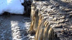 Strömender Fluss des Wasserfalls des Schmutzwassers im Frühjahr stock video