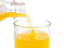 Strömender frischer Orangensaft Lizenzfreies Stockfoto