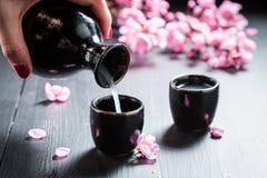 Strömender Grund zur dunklen Keramik auf Tabelle lizenzfreie stockfotografie