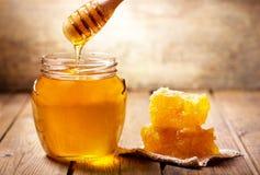 Strömender Honig in Glas Honig lizenzfreie stockbilder