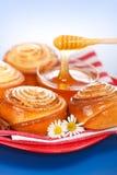 Strömender Honig hinter neuem Zimtgebäck Stockfotos