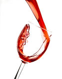 Strömender Preiselbeersaft im Weinglas Lizenzfreies Stockbild