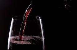 Strömender Rotwein stockbilder