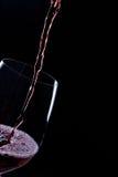 Strömender Rotwein lizenzfreie stockfotos