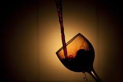 Strömender Rotwein stockfotografie