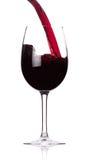 Strömender Rotwein in den Becher Stockfoto