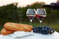 Strömender Rotwein in Gläser stockbilder