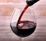 Strömender Rotwein in Glas stockfotografie