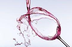 Strömender Wein im Glas Stockbilder