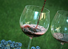 Strömender Rotwein im Glas Lizenzfreie Stockbilder