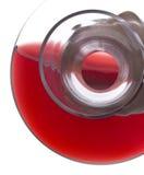 Strömender Rotwein von einem Dekantiergefäß Lizenzfreie Stockbilder