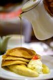 Strömender Sirup auf Pfannkuchen Stockbild