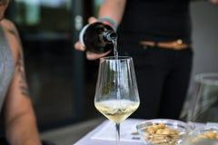 Strömender Wein in das Glas stockfotografie