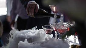 Strömender Wein der Leute zur Pyramide von Gläsern mit Champagner stock video