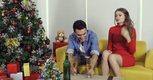 Strömender Wein des kaukasischen Paarmannes zu selbst stock footage