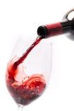 Strömender Wein in ein Glas Stockfoto