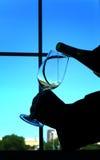 Strömender Wein in einem Glas Lizenzfreies Stockbild