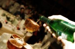 Strömender Wein in Gläser Lizenzfreie Stockbilder