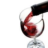 Strömender Wein in Weinglas Stockfoto