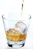 Strömender Whisky auf Weiß lizenzfreie stockbilder