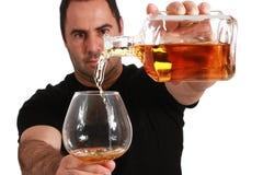 Strömender Whisky des Mannes Lizenzfreie Stockfotografie