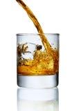 Strömender Whisky im Glas Lizenzfreies Stockbild