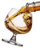 Strömender Whisky im Glas Stockfoto