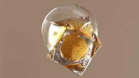 Strömender Whisky zum Glas stock video footage