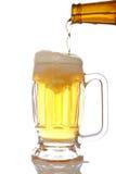 Strömendes Bier in Becher lizenzfreie stockfotografie