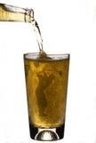 Strömendes Bier in Golfspieler-Bier-Glas Lizenzfreie Stockbilder