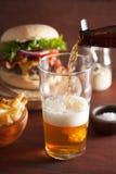 Strömendes Bier hellen Bieres Indiens in Pint-Glas und in Schnellimbiß Stockfoto