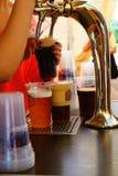 Strömendes Bier vom Hahn Lizenzfreie Stockfotos