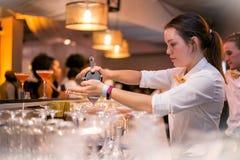 Strömendes Cocktail Barlady stockfoto
