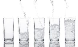 Strömendes frisches gesundes funkelndes Wasser zum Glas Lizenzfreies Stockfoto
