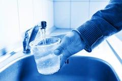 Strömendes frisches Leitungswasser stockbilder