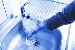 Strömendes frisches Leitungswasser stockbild