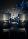 Strömendes Getränk in einem Glas Stockfotos