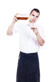 Strömendes Glas des Kellners Whisky Stockfotos